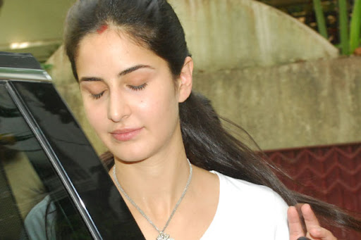 how to put sindoor on forehead